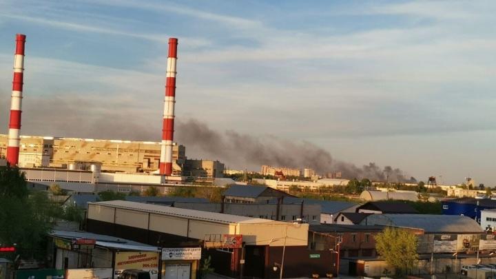 Около Гилевской рощи в Тюмени загорелся строительный мусор. Есть угроза деревьям