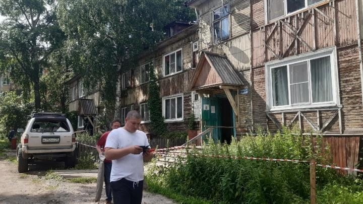 В Архангельске сходит со свай деревянный дом: эвакуированы 30 человек. Видео