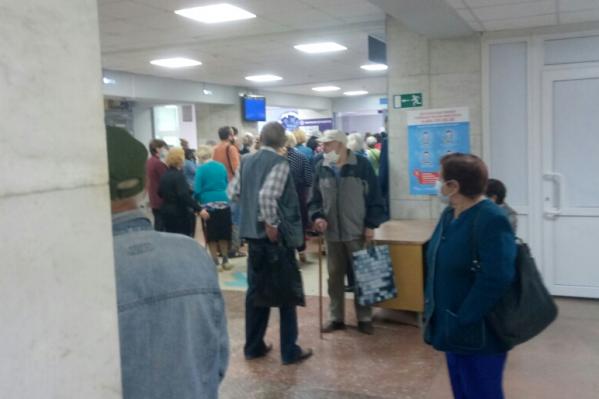 За талонами в регистратуру выстроились десятки пациентов