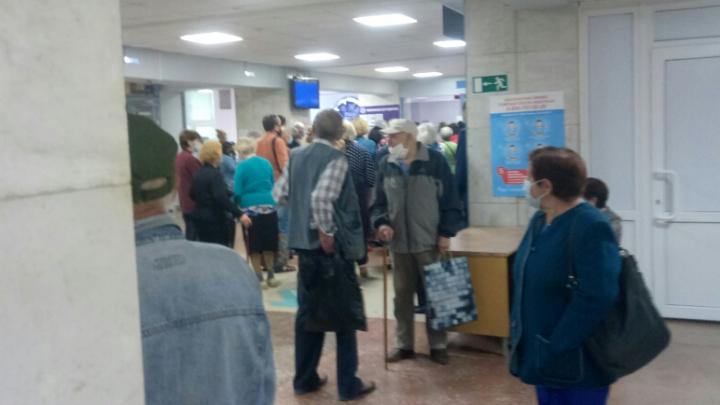 В челябинской поликлинике в разгар пандемии коронавируса выстроилась очередь в регистратуру