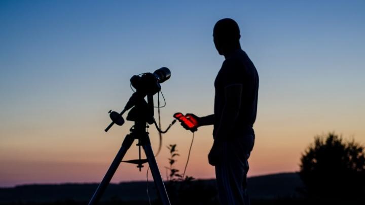Космический август: календарь небесных явлений, которые можно увидеть в бинокль и без него
