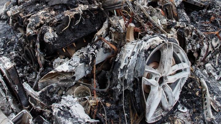 В центре Волгограда сгорел гараж с иномаркой