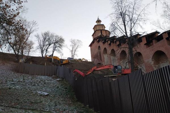 Градозащитники обеспокоены, что работы с применением тяжелой техники в кремле могут повредить культурному слою и историческим объектам