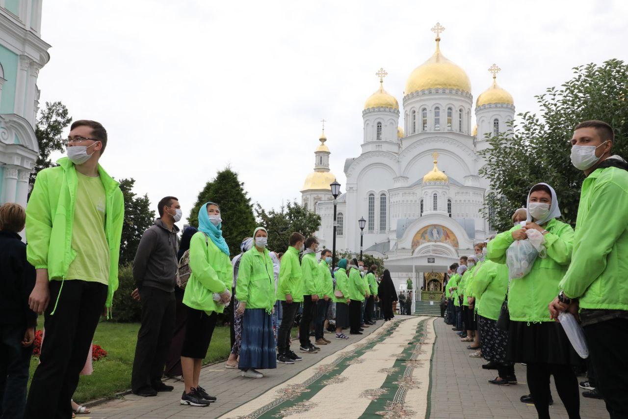 Волонтёры помогают паломникам
