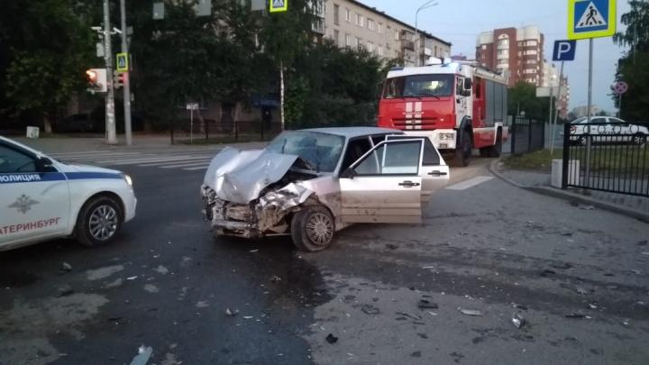 «Гнал на красный, скрываясь от ДПС»: в Екатеринбурге ВАЗ-2114 столкнулся с Volkswagen