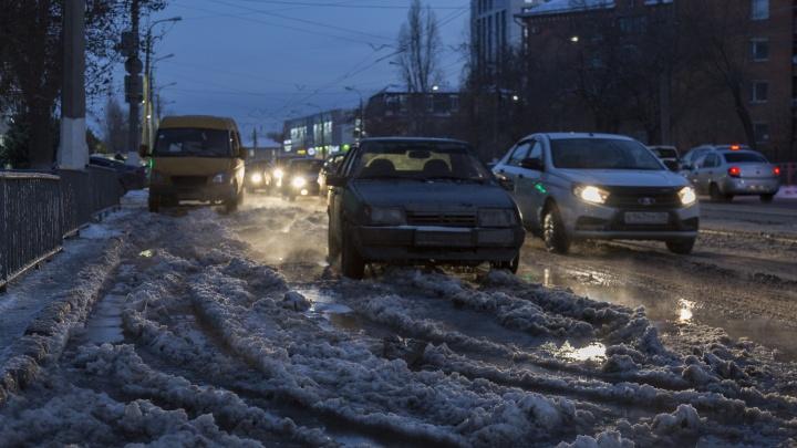 Ночью пустим даже металлический снегоотвал: в Волгограде собьют ледяные торосы на месте коммунальных аварий