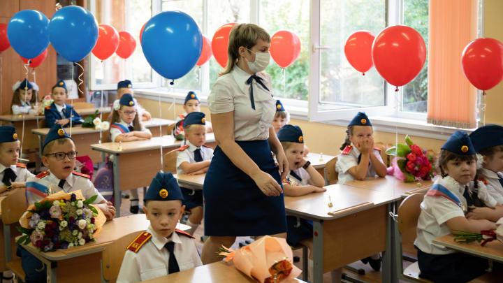 Маски, антисептик и рециркуляторы: смотрим, как прошел «коронавирусный» День знаний в школе Волгограда