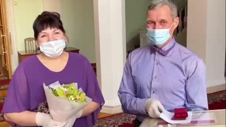 «Смысл моей жизни — дети»: многодетные матери Красноярского края получили почетные знаки