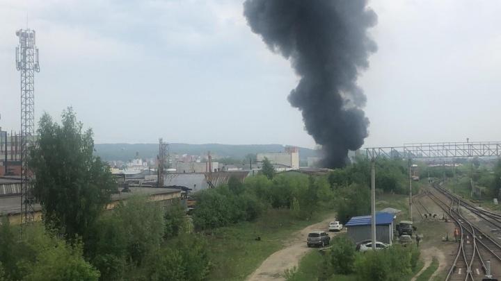 «Пламя уже на десять этажей»: на окраине Екатеринбурга загорелся завод