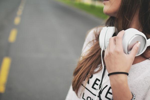 Послушать певца онлайн можно в любом месте