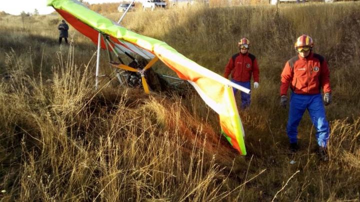 Под Самарой в поле рухнул мотодельтаплан