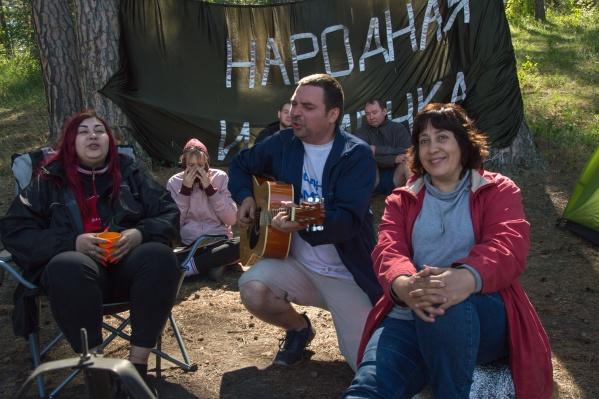 До 30 июня в Челябинской области действует режим повышенной готовности из-за высокого уровня заболеваемости COVID-19. Но здесь просто песня...