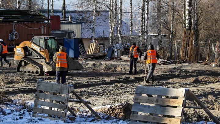 Что там за забором: NN.RU посмотрел, как проходит благоустройство парка «Швейцария»