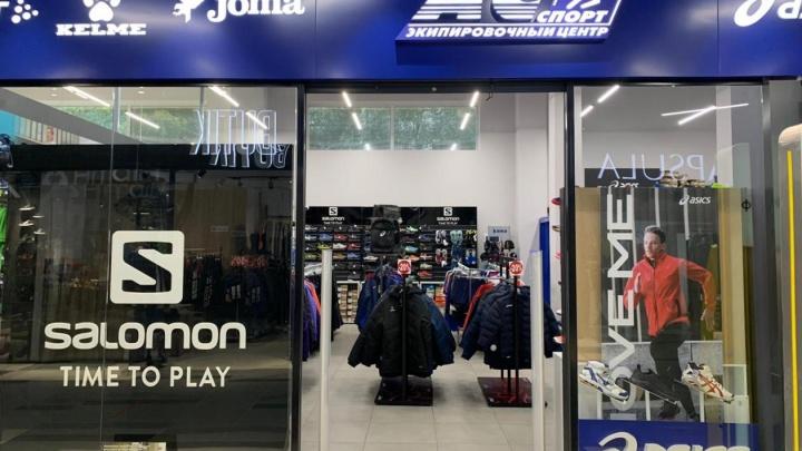 Культовые зимние ботинки, пуховики и кроссовки от популярного бренда распродают со скидкой 50%