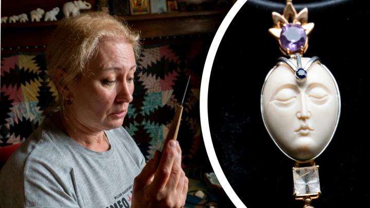 «В будущем это антиквариат»: косторез и ювелир из Архангельска делают украшения из бивней мамонта — видео