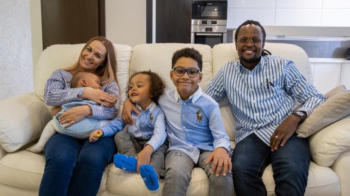 Африканец стал лидером известной группы и создал с челябинкой многодетную семью (они классные!)