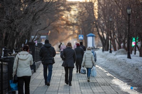 Утром в первый день карантина, несмотря на запрет, на улицах Новосибирска было немало людей