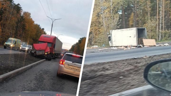 Два грузовика столкнулись на Бердском шоссе: от удара содержимое кузова рассыпалось на дорогу
