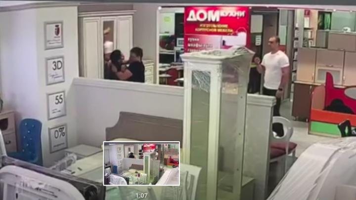 Ачинский депутат подрался с арендатором, которому сдавал помещение в магазине