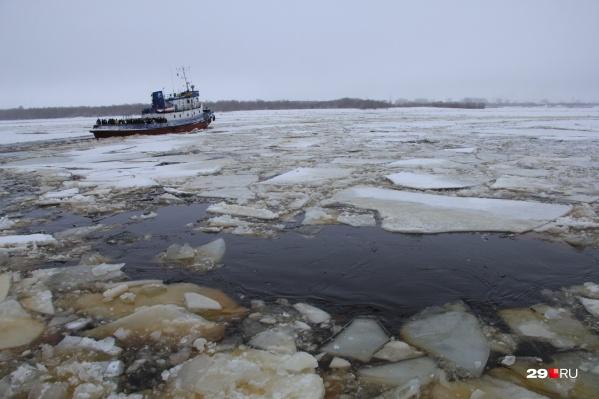 От теплоходов к буксирам начали переходить из-за образования в акватории порта дрейфующего льда<br>