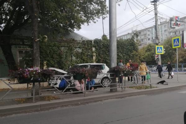 Машина влетела в пешеходную зону