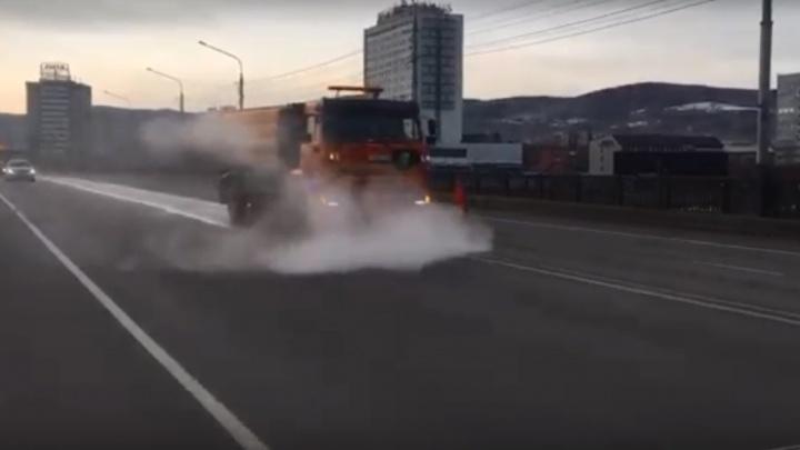 Весна идет: в Красноярске началась влажная уборка города