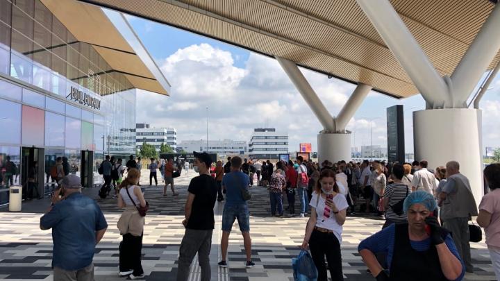 В аэропорту Платов эвакуировали пассажиров. На месте сотрудники ОМОНа