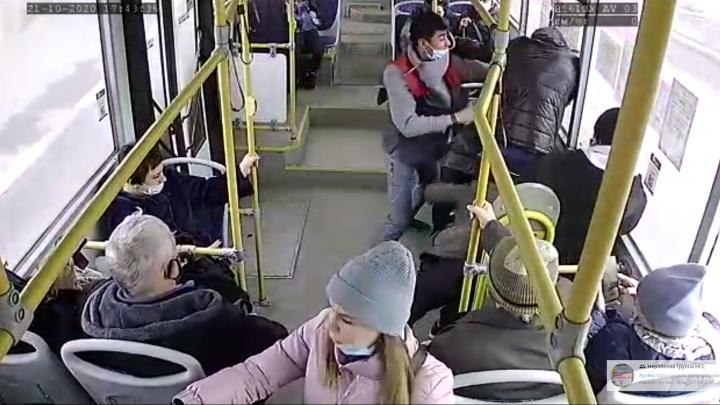 Пьяные мужчины устроили драку с кондуктором в салоне автобуса