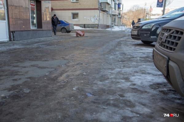 Так выглядят многие тротуары в Челябинске