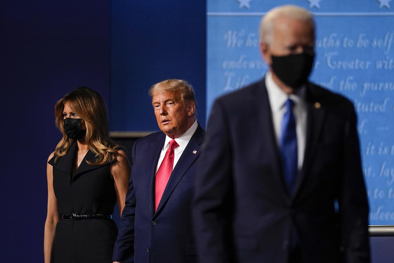 Действующий президент США Дональд Трамп с первой леди Меланией Трамп во время финальных теледебатов с кандидатом в президенты США от Демократической партии Джозефом Байденом (на первом плане).<br><br>автор фото&nbsp;Julio Cortez /&nbsp;AP/TASS