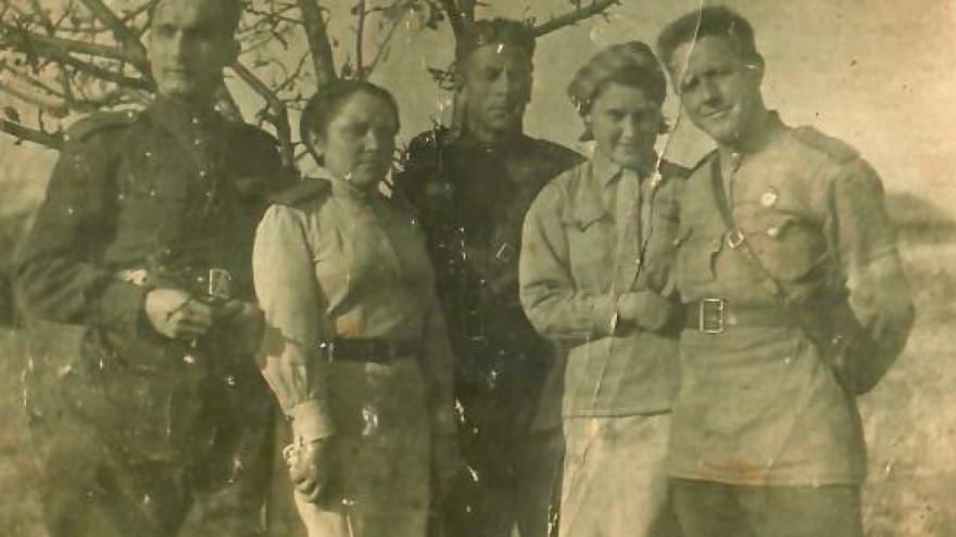 Фронтовой инстаграм: «Встретила деда на фронте, он был её командиром. После войны они не виделись»