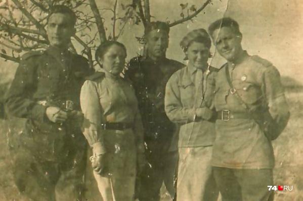 Это единственное совместное фото Зои Родионовой (вторая слева) и её возлюбленного Анатолия Седалищева (справа от неё)