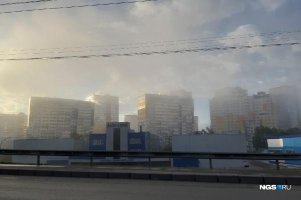 Туман очень густой — сквозь него еле виднеются здания