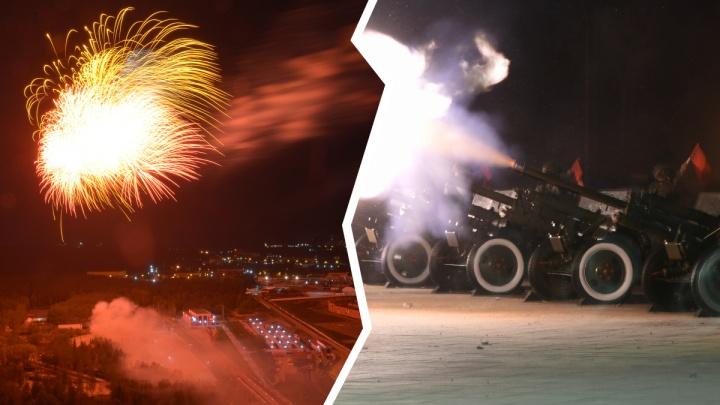 Залпы из артиллерийских орудий и фейерверк: лучшие кадры салюта в честь ДняПобеды в Екатеринбурге