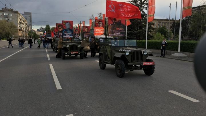 В Волгограде «Бессмертный полк» поехал к Мамаеву кургану без зрителей и масок