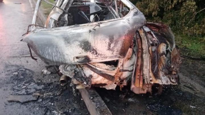 В Кемерово легковушка влетела в опору ЛЭП и сгорела