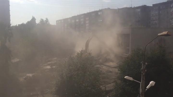 Пыль столбом: во дворе на Амундсена снесли телефонную станцию, чтобы построить 26-этажный дом
