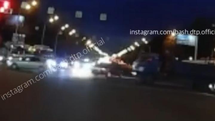 Вот это поворот: в Уфе «гонщик» проскочил аварийный перекресток на красный и закружился в пируэте