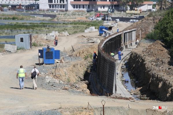 Работы на участке начались в январе, но там ещё даже не установили опорную стену набережной