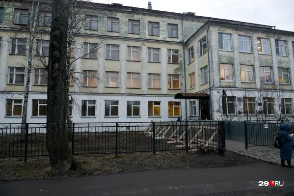 В школе ремонтируют крышу — это могло стать причиной обрушения