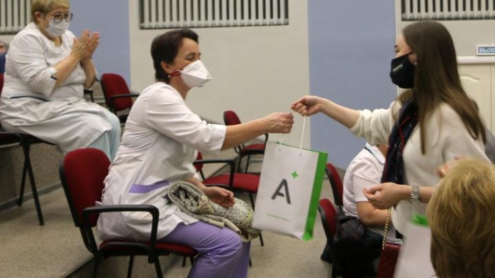Коллектив группы «Аквилон» сделал праздничные подарки архангельским медикам