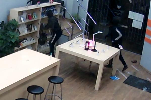 Грабители унесли с собой 32 смартфона