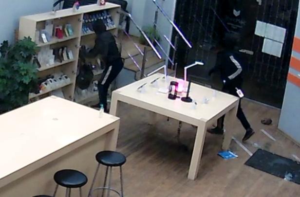 Грабители обокрали магазин цифровой техники почти на миллион рублей и пустились в бега от полиции
