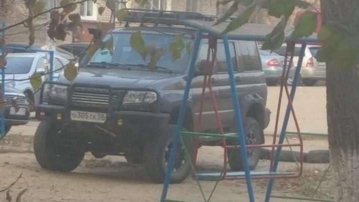 Тележку катить далеко: автохамы Волгограда оккупируют места для инвалидов на парковках торговых центров