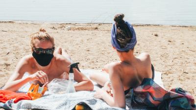 «Коронавирус — это фейк»: с приходом жары на пляж вышли омичи, которые не верят в эпидемию