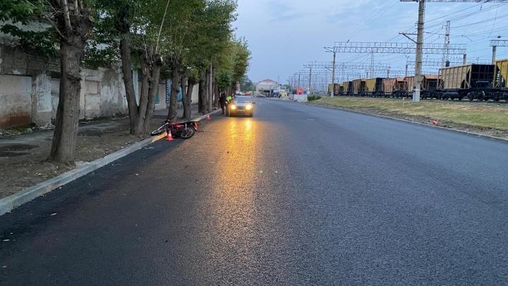 В Кургане подростки на мопеде ночью попали в ДТП