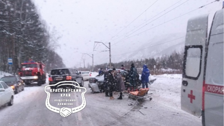 В лобовой аварии на занесенном «тещином языке» погиб пассажир иномарки