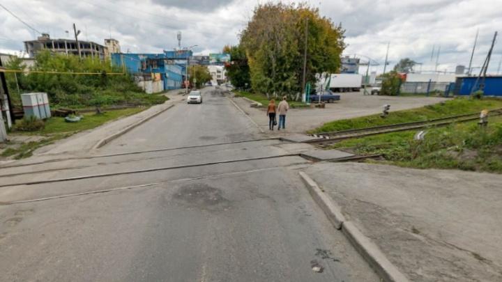 В Екатеринбурге рабочих ударило током на железнодорожном переезде