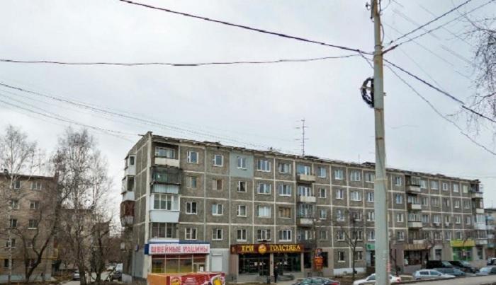 «С потолка течет, а на карнизе растут сосульки»: теплая зима добила крышу пятиэтажки в Юго-Западном