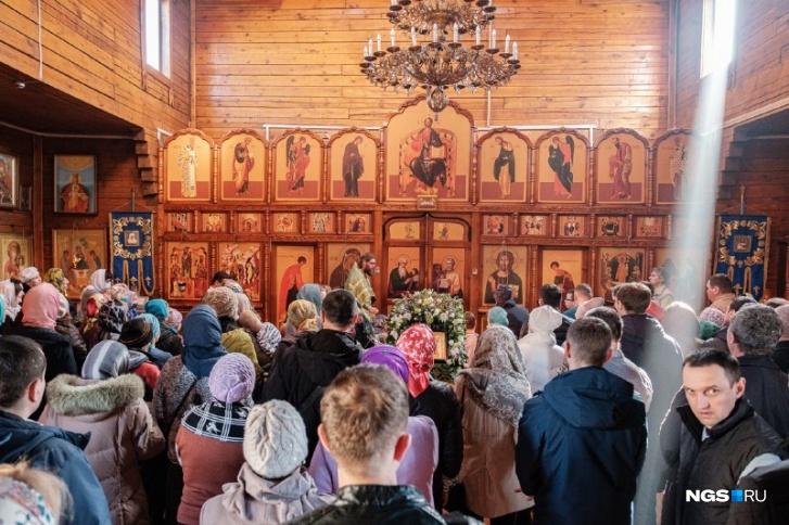 А вот сколько людей сегодня в Храме во имя Преподобного Амвросия Оптинского на Затулинском жилмассиве